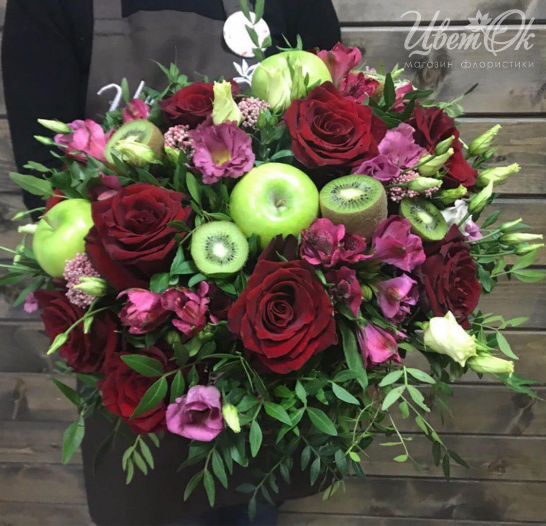 Фото композиций из живых цветов в корзинке